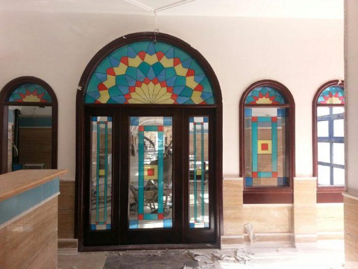 طرح ارسی نقاشی شده روی درب رستوران سنتی