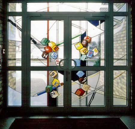 ویترای روی شیشه درب خروجی