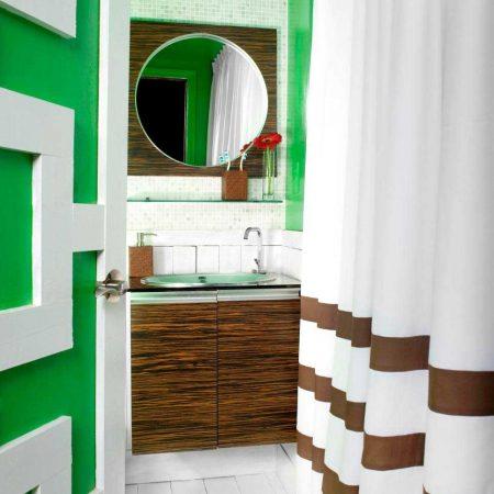 ترکیب رنگ سبز و قهوه ای حمام