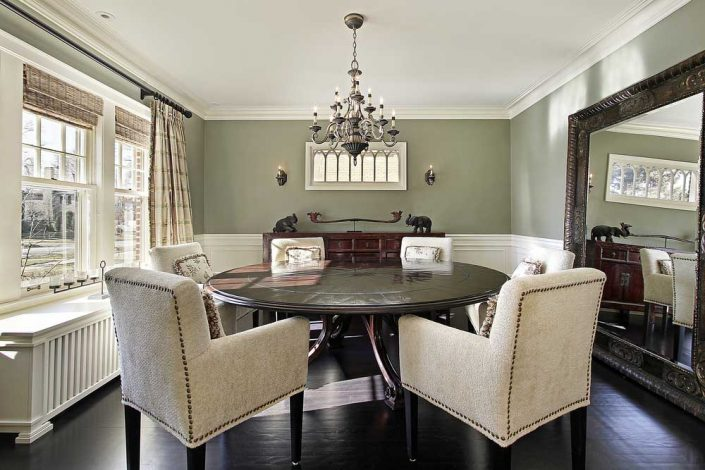 آینه بزرگ کنار میز نهار خوری
