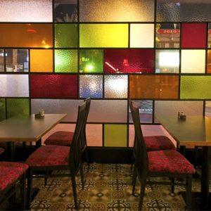 شیشه های رنگی در دکوراسیون رستوران