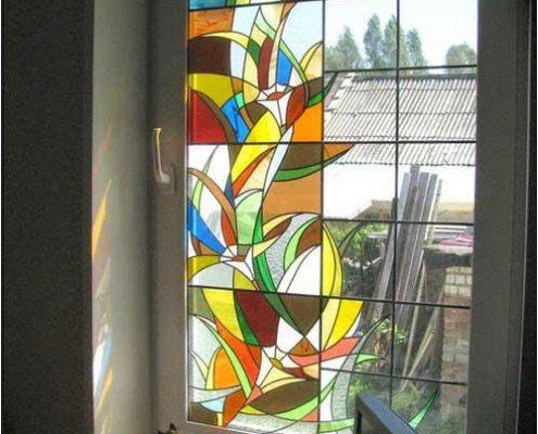 نقاشی مدرن روی شیشه رنگی پنجره