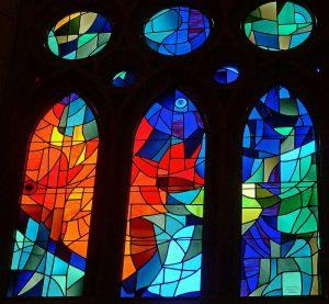 تزئین پنجره کلیسا با شیشه های رنگی