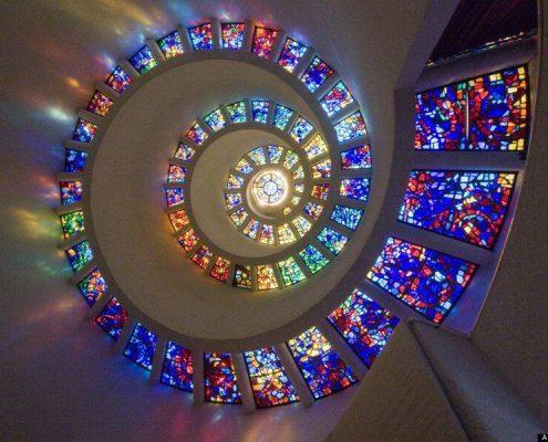 بازتاب نور شیشه های رنگی